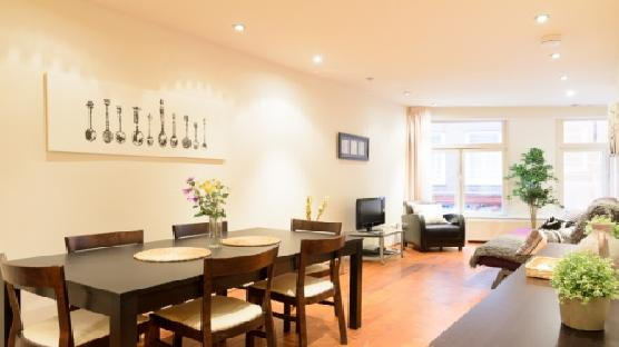 Down Town Square - LARGE, city center, smoking friendly apartment